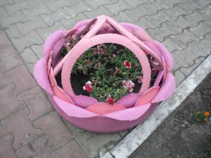 Розовая клумба из шины