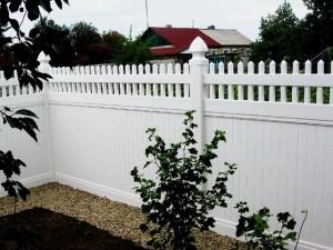 Дачный забор из пластика
