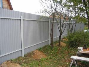 Забор из профнастил: обратная сторона