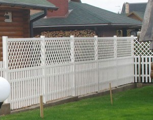 Красивый декоративный дачный забор из пластика