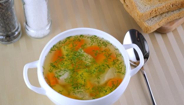Лёгкий куриный суп с весенними овощами