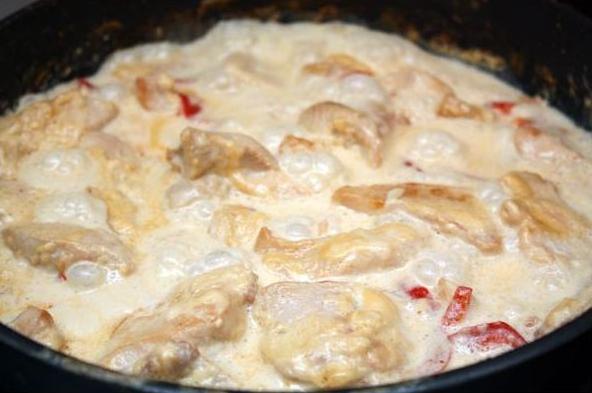 Сливочные куриные грудки с томатами и шалфеем