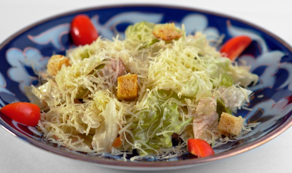 Вегетарианский салат «Цезарь».