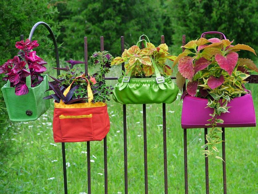 Клумба для цветов в старых сумках