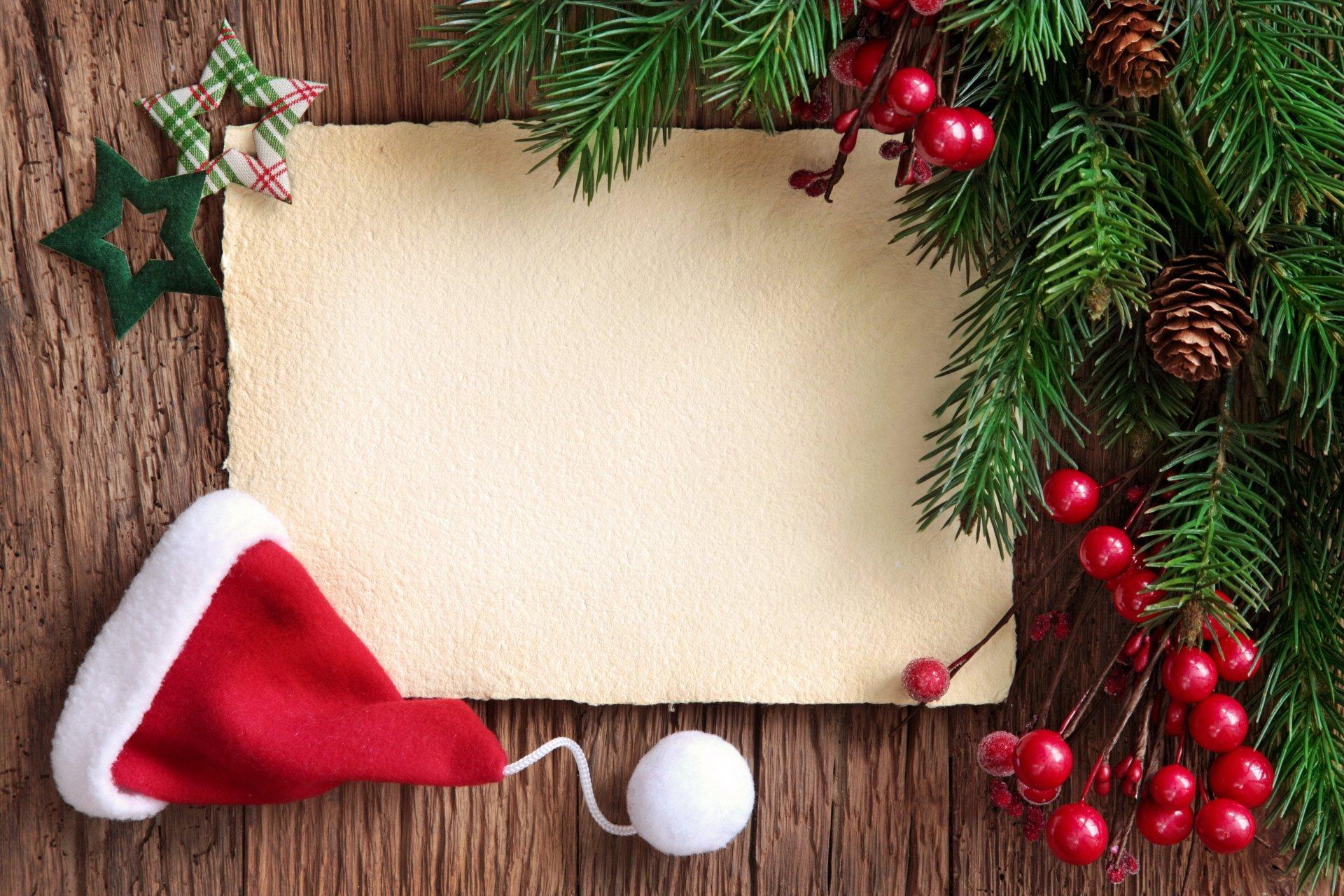 new-year-christmas-fir-tree-santa-hat-wood-rozhdestvo-novyj-god-ukrasheniya-elka-yagody