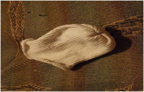 Верхнюю часть носка выворачиваем наизнанку.