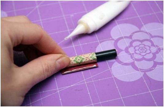 Соединяем трубки из бумаги между собой с помощью клея ПВА.
