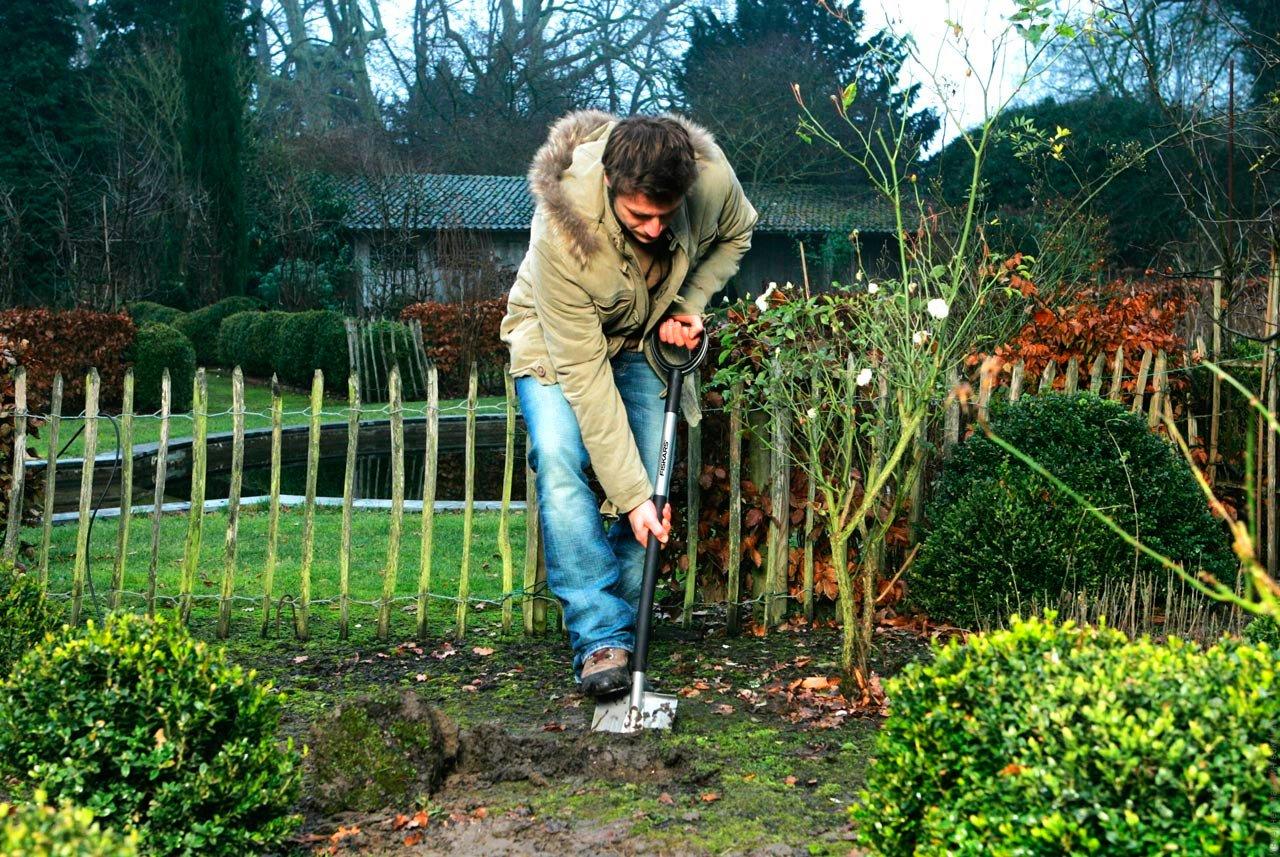 сажает или садит огород