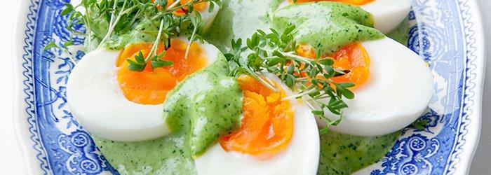 Яйцо с зелёным соусом