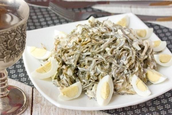 Новогодний салат из морской капусты и яиц.