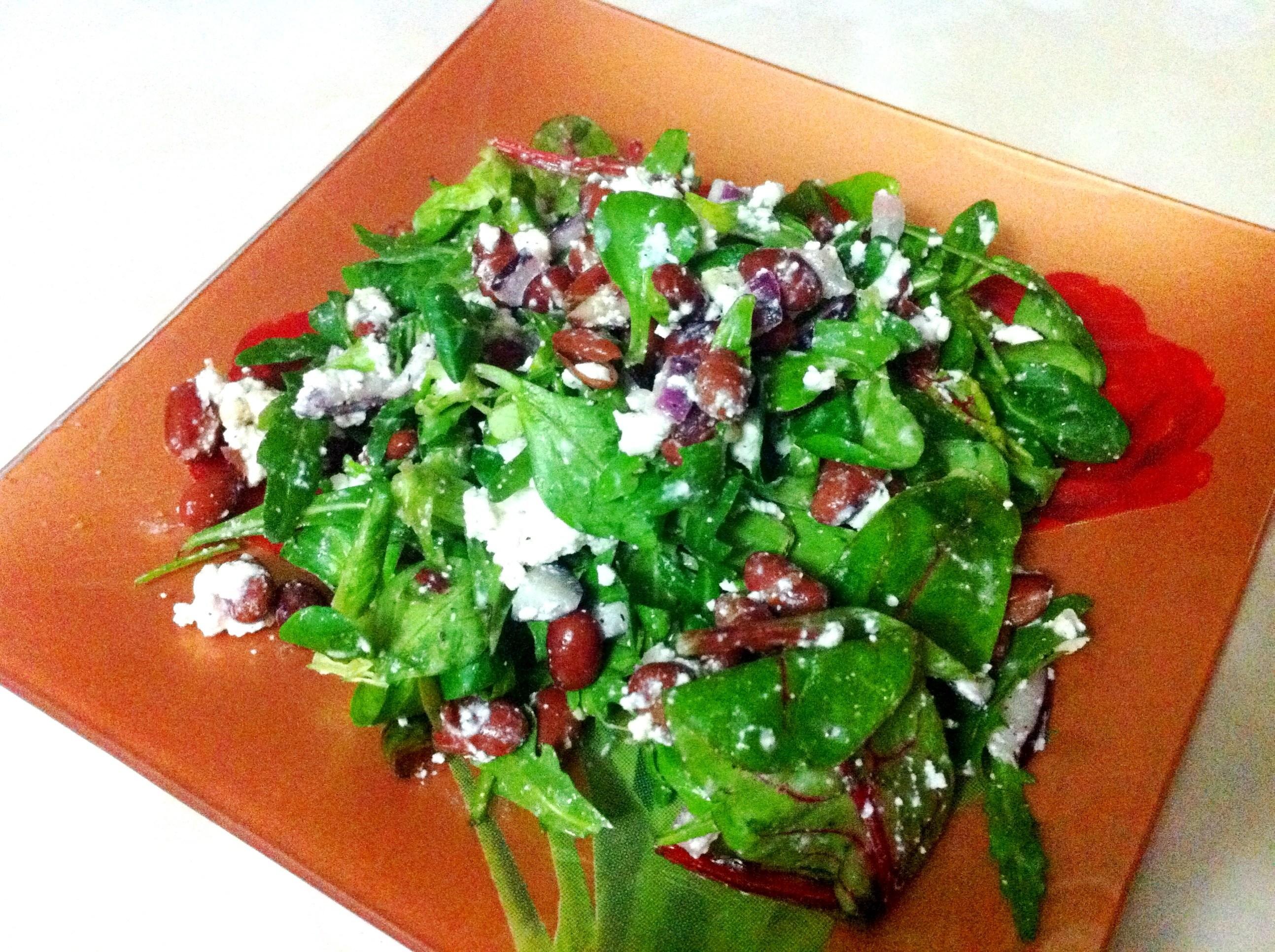 Новогодний салат 2018 из красной фасоли и творожного сыра.