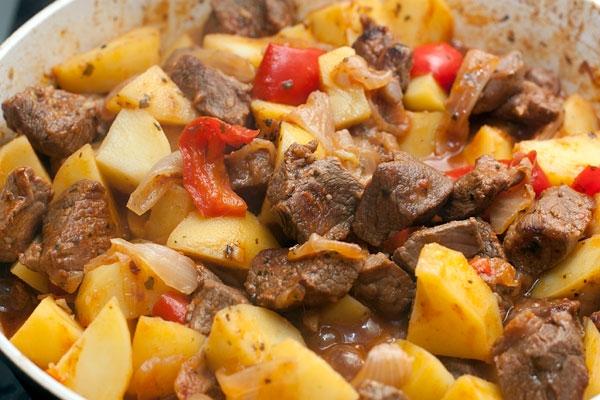 Баранина, с запеченным картофелем и овощами.