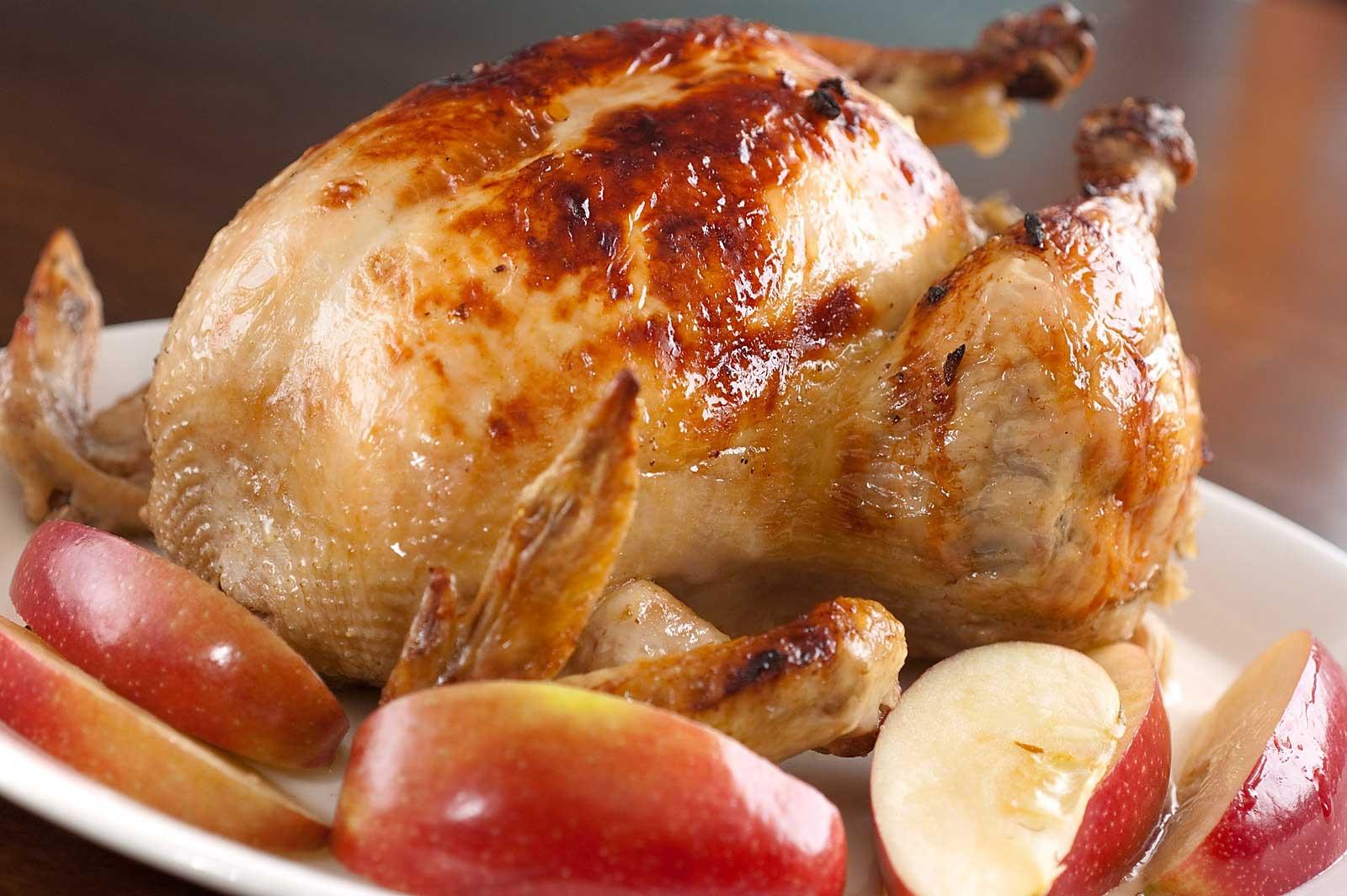 Фото: Целая курица с яблоками в духовке