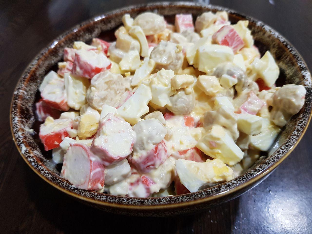 Салат из крабовых палочек с маринованными грибами