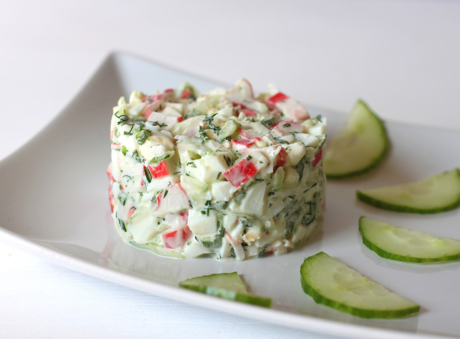 Крабовый салат со свежими огурцами
