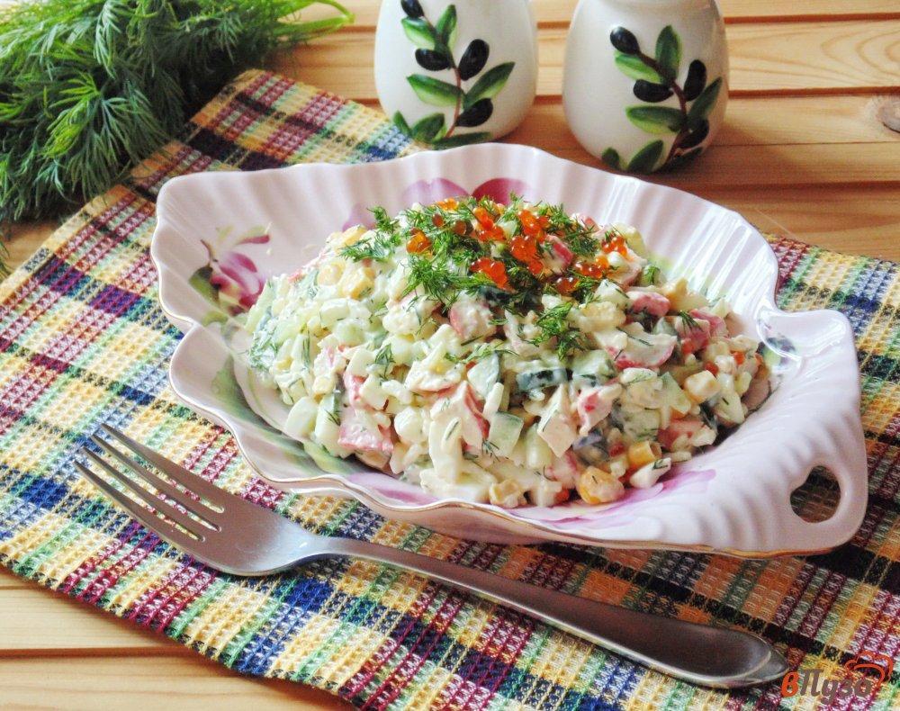 Крабовый салат с рисом и лососем