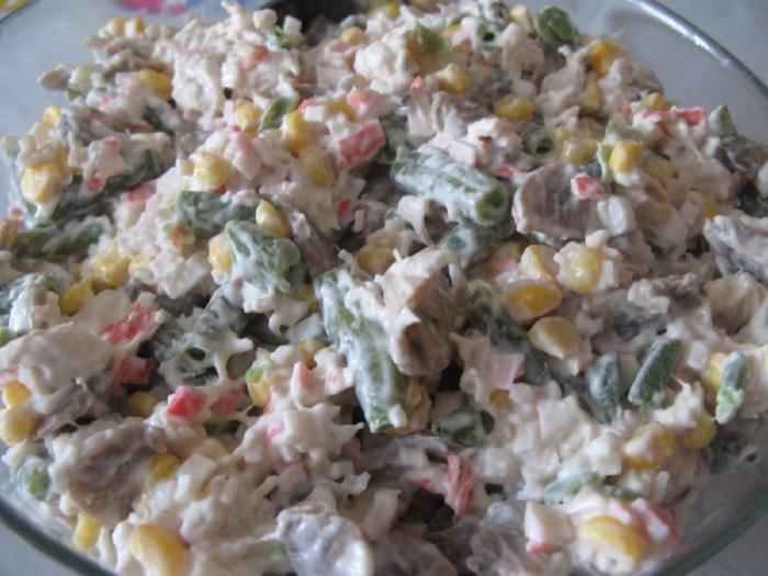 Салат с крабовыми палочками, грибами и ветчиной