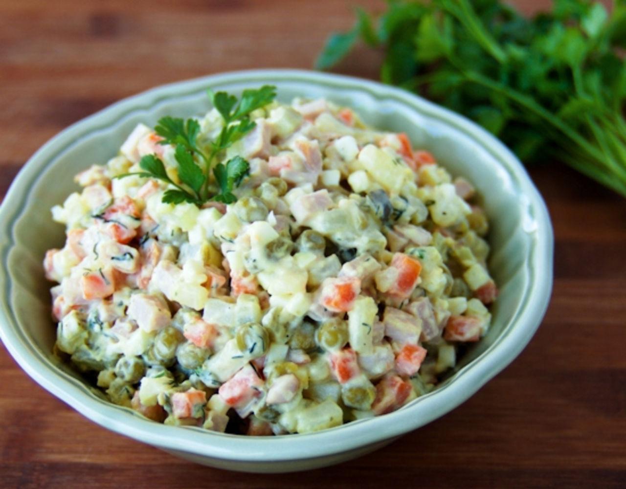 Простой и вкусный рецепт салата Оливье