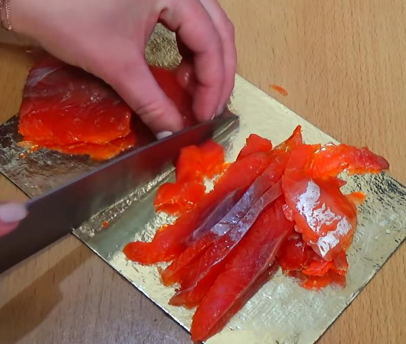Интересный салат с красной рыбой и кальмарами