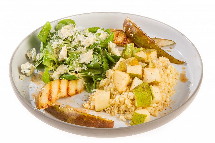 Салат с булгуром, печеной грушей и корном