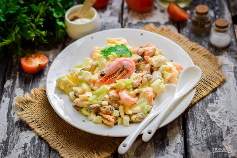 Новый и интересный салат с кальмарами и креветками