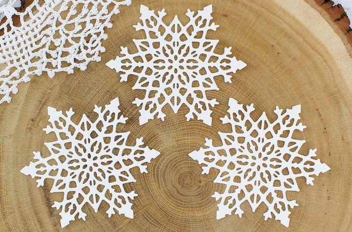 Шаблоны новогодних снежинок на окна