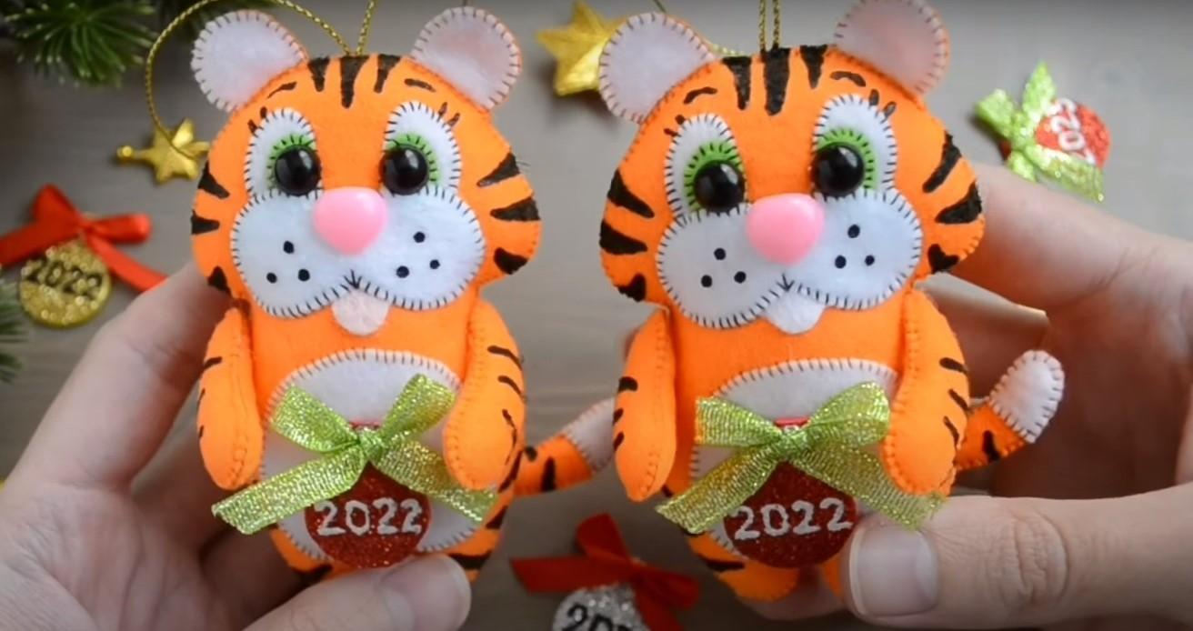 Игрушка на ёлку в виде тигрёнка